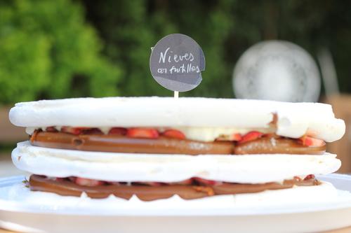 Nieves $1100/1400 - Discos de merengue cocidos intercalados con suave dulce de leche repostero, crema chantilly, frutillas o frambuesas, cubierta con crema.