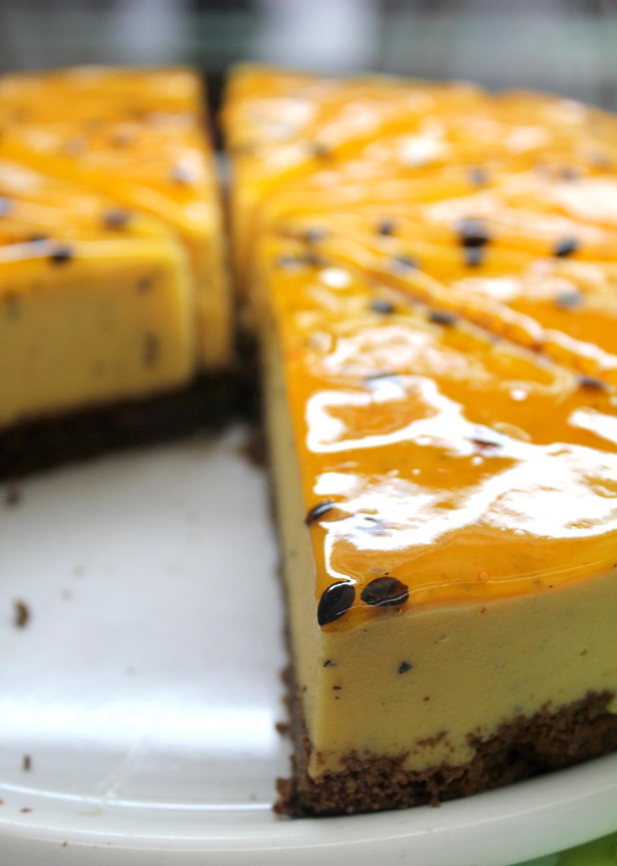 Passion Cake $1400 - Base de chocolate, cremosa mousse de maracuyá, decorada con pepitas de la fruta y almíbar.