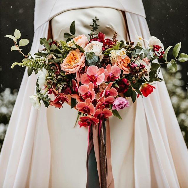 Still so many details to process through and truly appreciate from @unveilworkshop 2.0 😍 One of the most memorable of details was the gift of partnering our workshop with the #soignéretreat hosted by @modernday.creative. A perfect pairing as so many of the incredible florals that we were able to document were designed by attendees of Jenn's retreat! This stunning @moderndayeventsfloral bouquet helped to bring our second styled shoot to life! Beautiful shot @mistamariephotography 🙌🏼🙌🏼 . Cape: @thelawbridal  Gown: @willowbywatters  Dress Boutique: @springsweet  Bouquet: @moderndayeventsfloral  Venue: @dwellvacations  Model: @mrslivkakabaker . #unveilworkshop #workshop #photographyworkshop #bouquet #bridalbouquet #weddingdress #bridalcape #cape #styledshoot #bride #thelawbridal #communityovercompetition