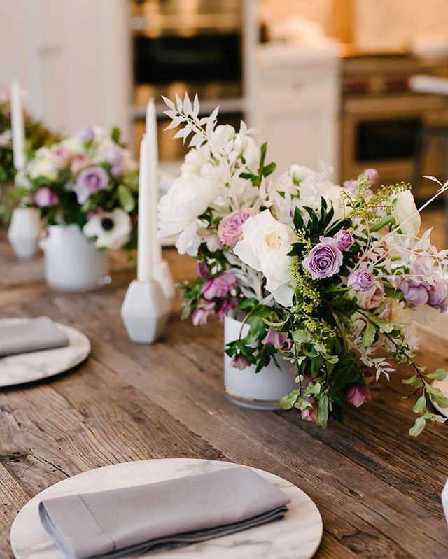 Beautiful details, beautifully captured ✨ this dinner was the first communal meal from our most recent unveil workshop in February! 📸: @rachelgabes . #workshop #photographyworkshop #unveilworkshop #florals #tablescape #dwellvacations #justgoshoot #lookslikefilm #michiganweddingphotographer