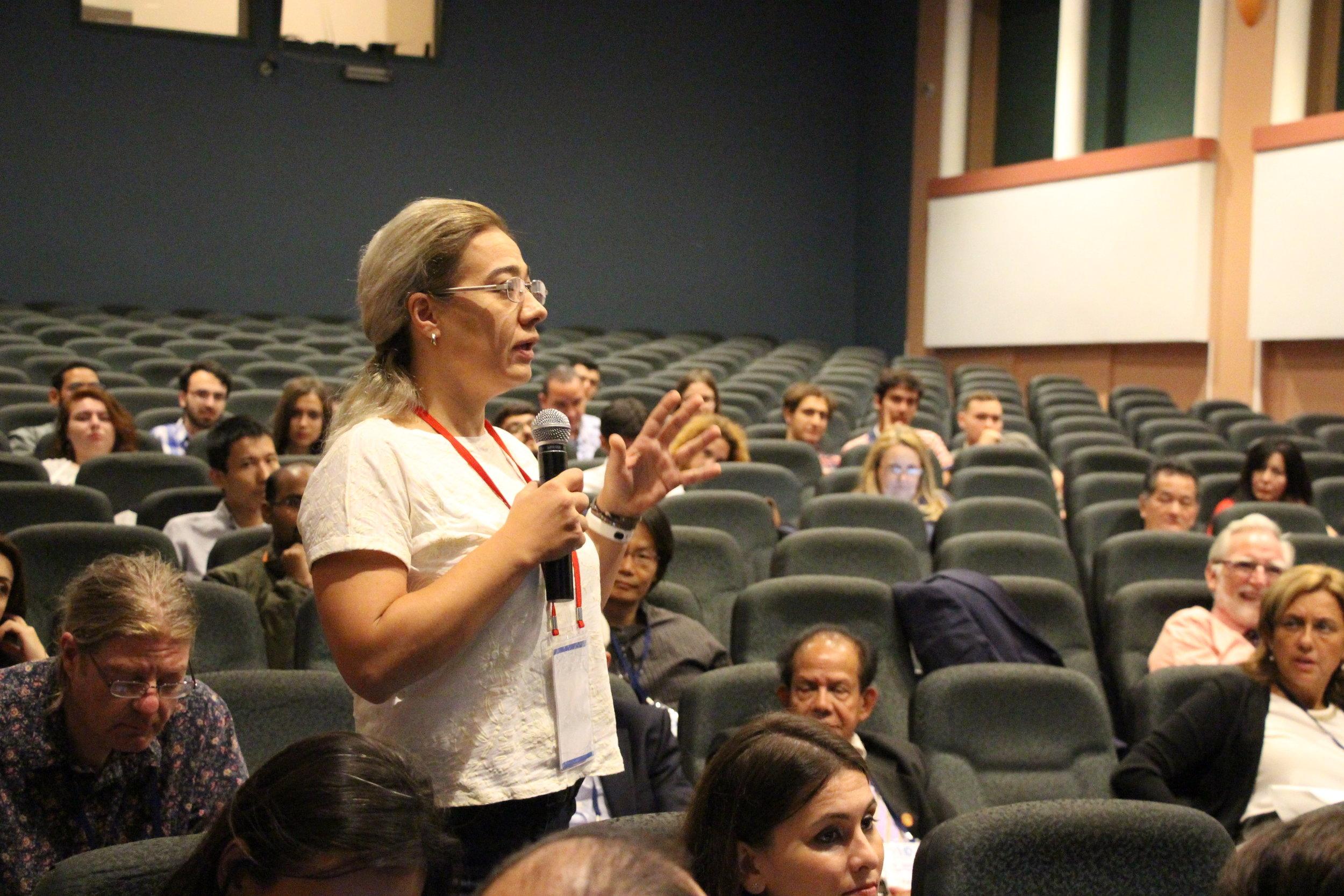 Ege Üniversitesi'nde ISPTID Kongresi Başladı-Soru soran dinleyici.JPG