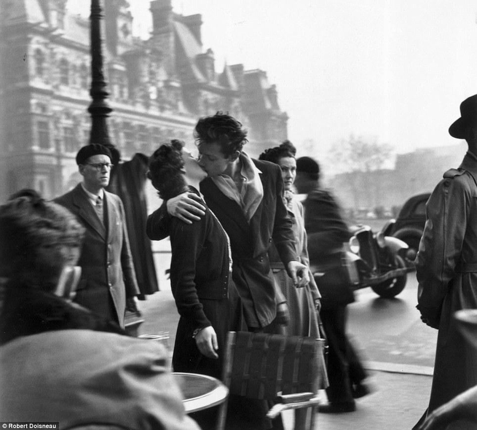Robert Doisneau  Le Baiser de L'Hotel de Ville , Paris, 1950