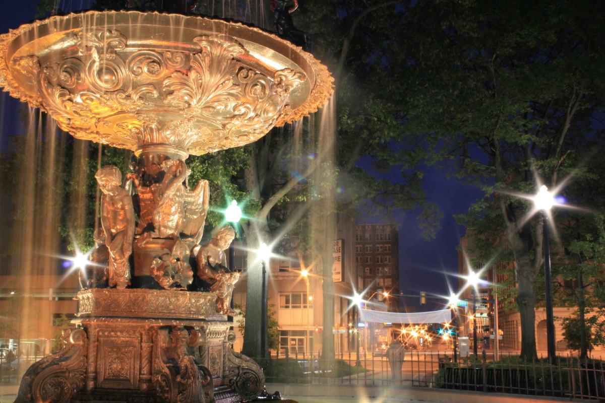 Fountain_at_night_by_dahni.jpg