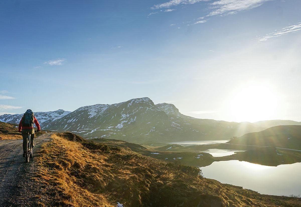 Sykling - Frå Vik kan du sykle over Vikafjellet til Myrkdalen, og tilbake! Skulle du vere i landeveishumør kan du sykle ein fantastisk tur langs landevegen til Arnafjord eller Fresvik.Me kan hjelpe deg med forslag til rute!