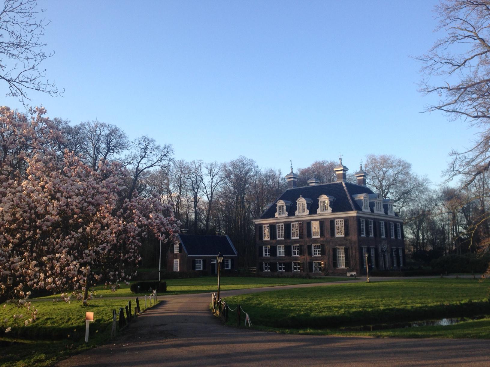 Zicht op Landhuis Doornburgh met bloeiende Magnolia.
