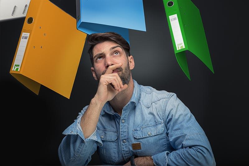Χιουμοριστικό πορτραίτο με φακέλους να ίπτανται στον αέρα
