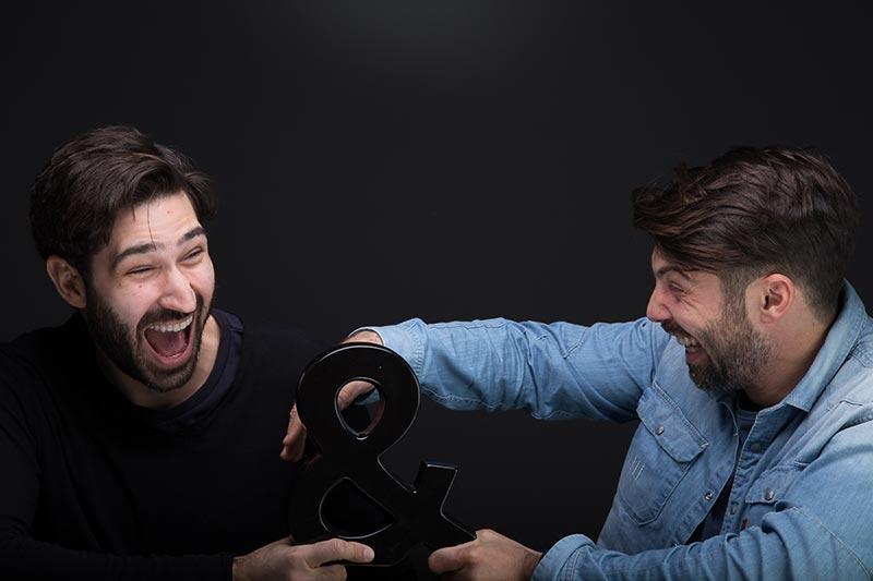 Φωτογράφηση δύο συνεργατών που πειράζονται