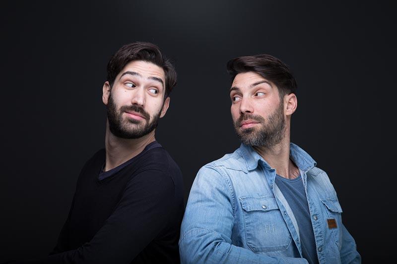 Φωτογράφηση δύο ανδρών που κοιτιούνται.