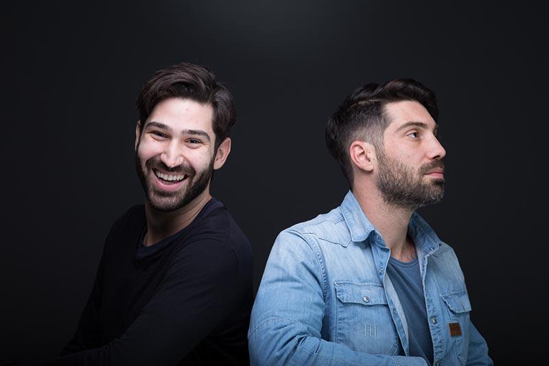 Αστεία φωτογράφηση δύο ανδρών δίπλα-δίπλα