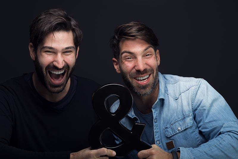 Εταιρικό χιουμοριστικό πορτραίτο δύο νεαρών ανδρών.