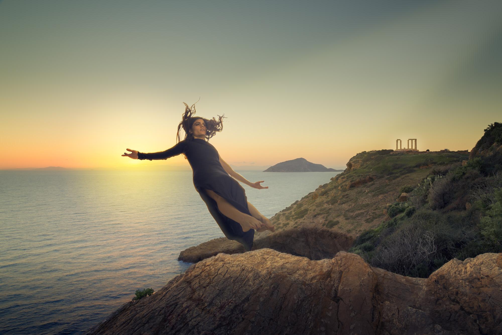 Φωτογραφία στο photoshop γυναίκας που πέφτει από τον βράχο του Σουνίου