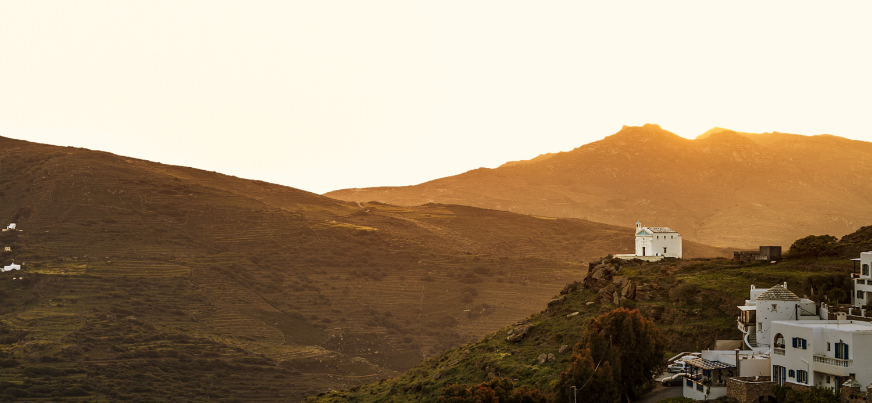 φωτογραφία της Τήνου εκκλησάκι στη δύση του ήλιου