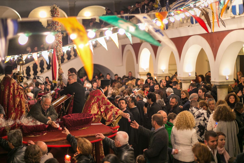 Στιγμιότυπο από την Ανάσταση στην εκκλησία της Παναγίας της Τήνου, το Πάσχα.