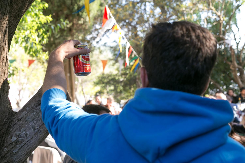 νεαρός άνδρας amstel μπίρα