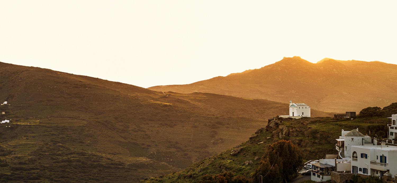 Εκκλησάκι στην Τήνο το ηλιοβασίλεμα.