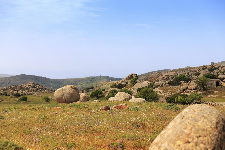 Τεράστιοι βράχοι μέσα σε λιβάδι σε χωριό της Τήνου.