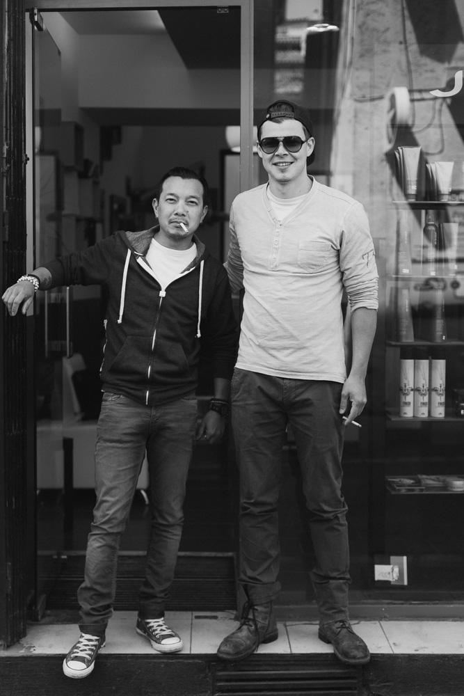 δύο άνδρες μπροστά από ένα κατάστημα