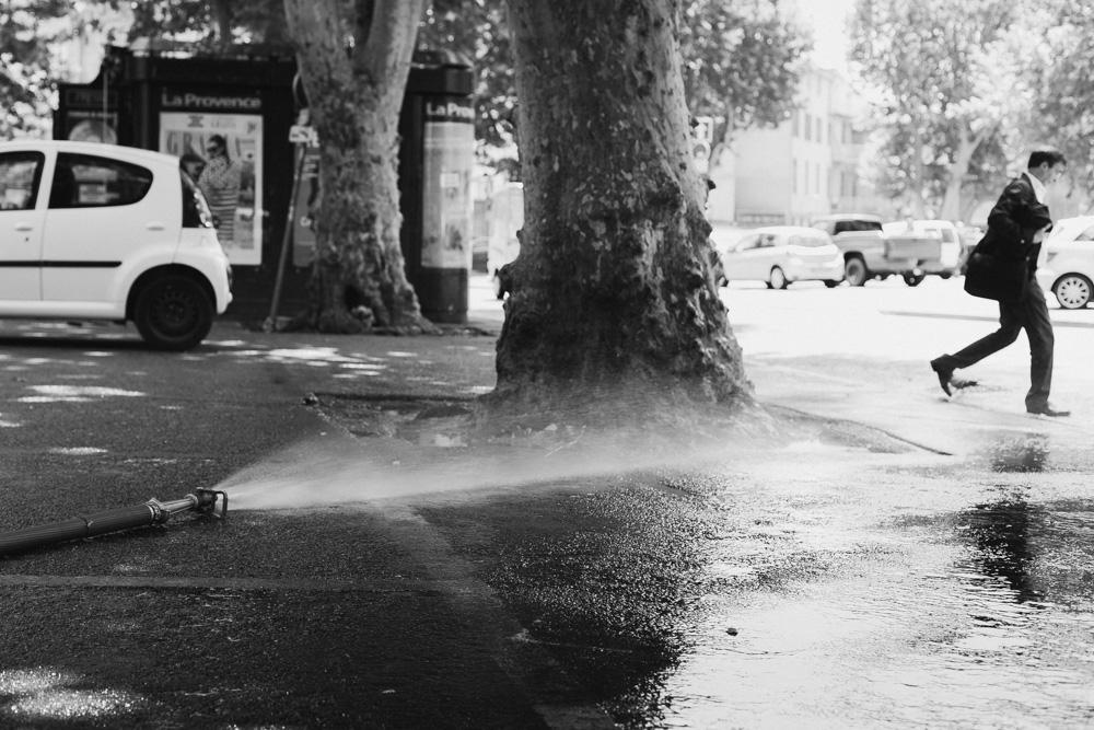 μάνικα με νερό που τρέχει στο δρόμο