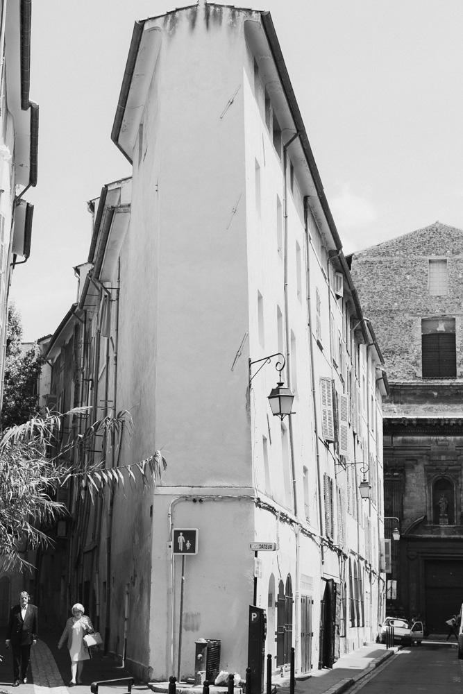 ένα ζευγάρι περνά δίπλα από ένα ψηλό κτίριο