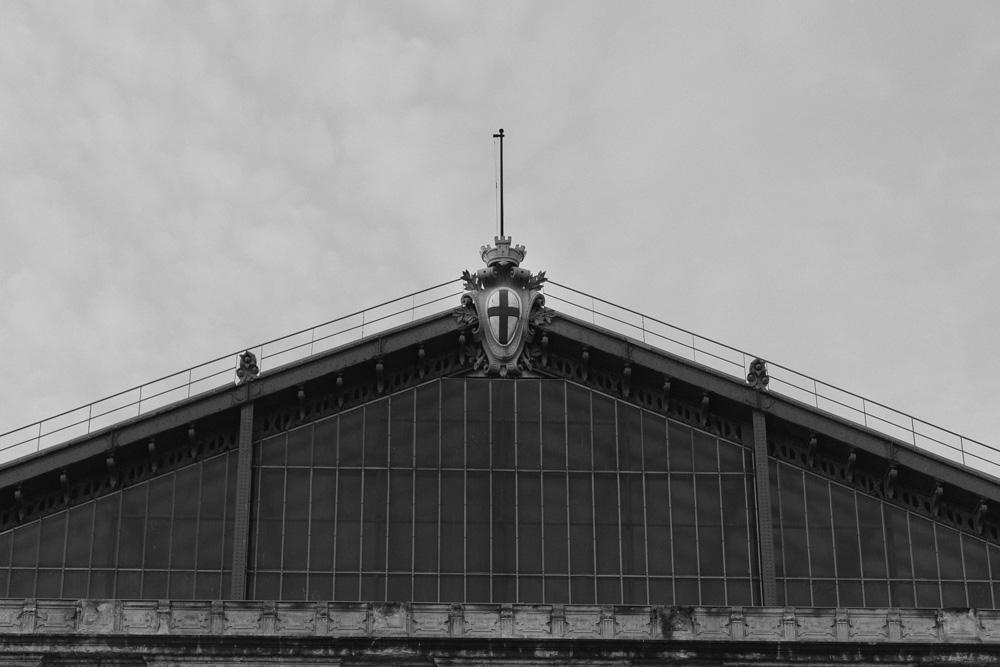 τριγωνική στέγη στο σταθμό του τραίνου