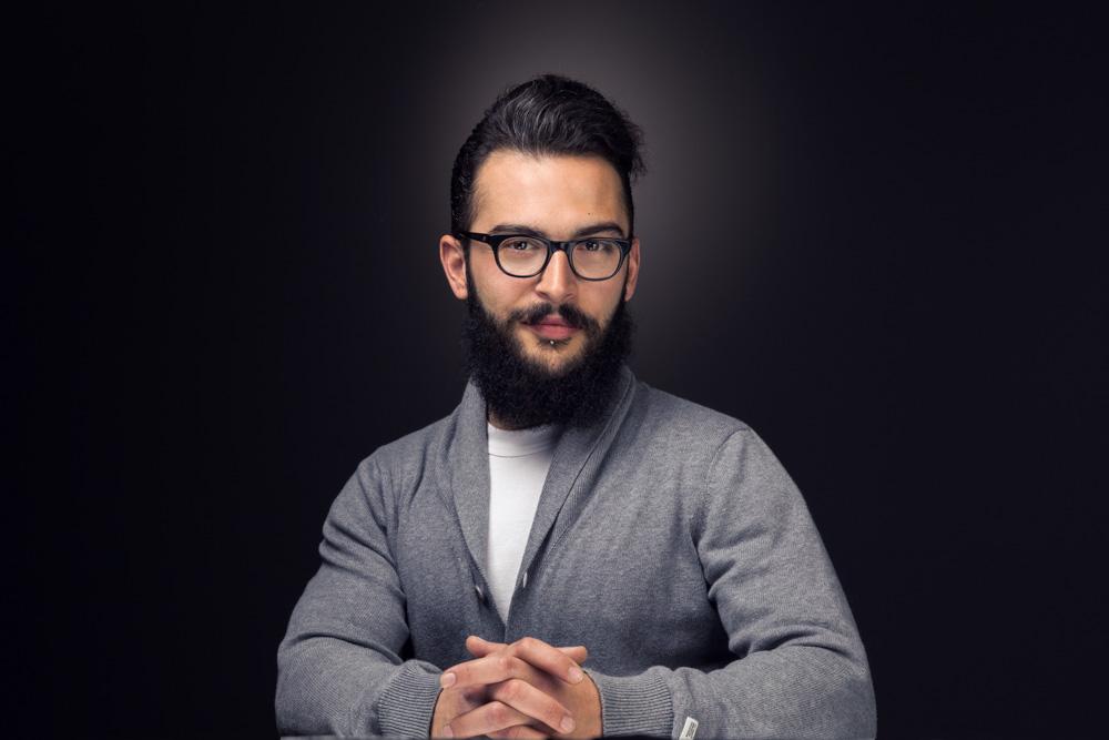 Φωτογράφιση πορτραίτου του Δημήτρη Φλωράκη σε μαύρο φόντο.