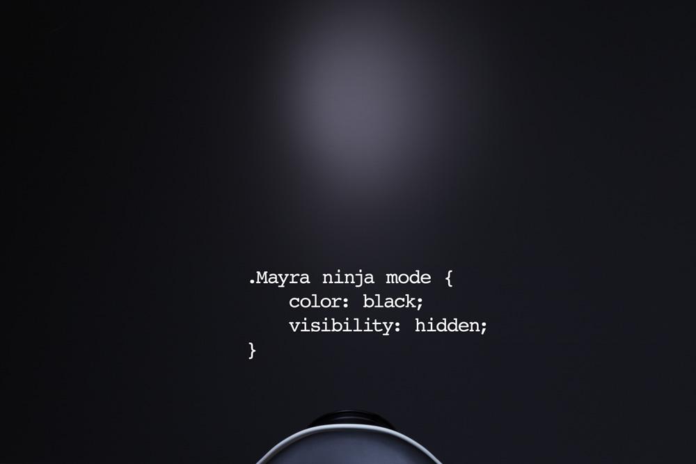 Φωτογράφιση χιουμοριστικού πορτραίτου της Μάιρας Μεταξά, web debeloper, σε μαύρο φόντο.