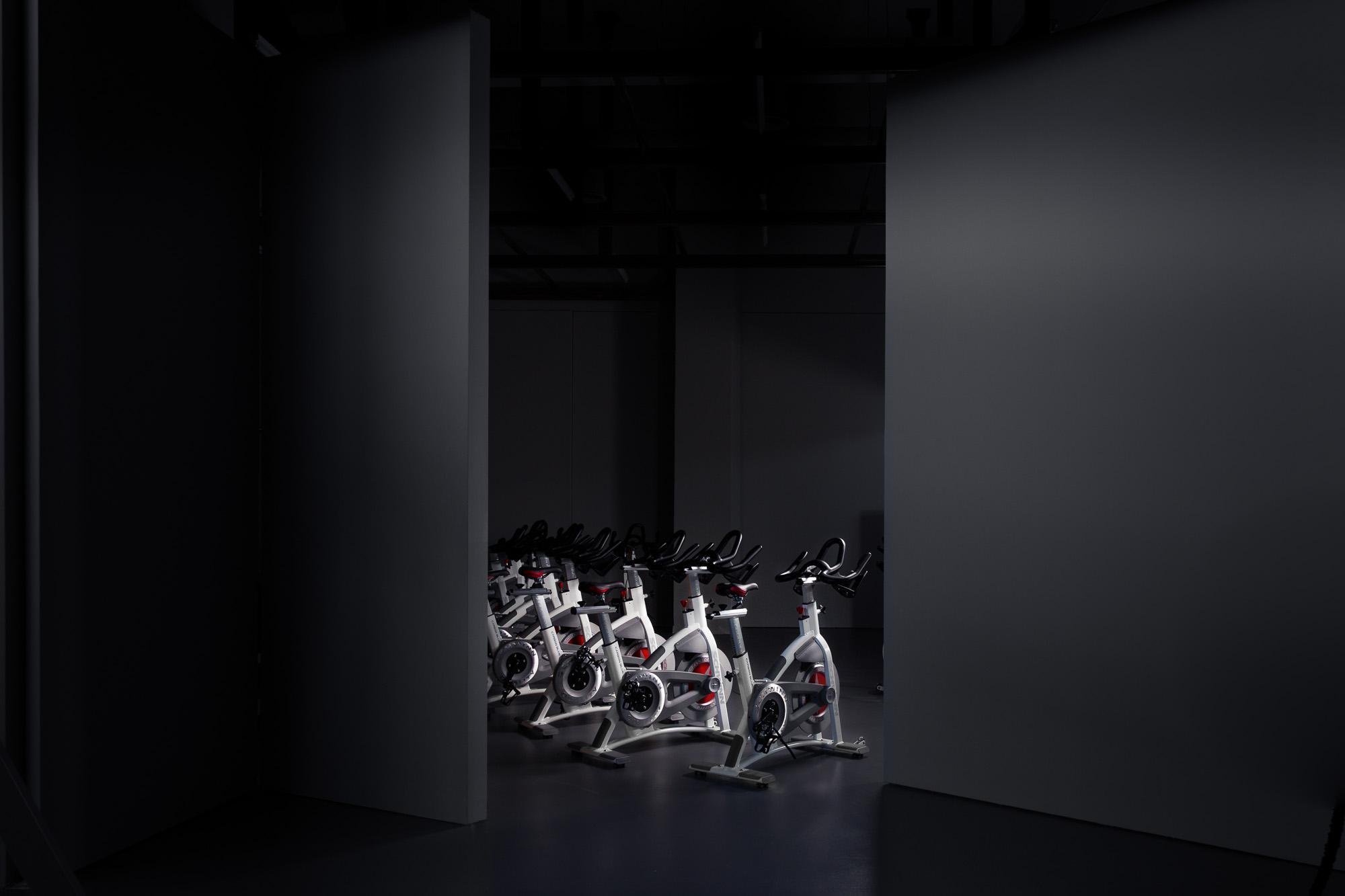 Η αίθουσα του spinning φωτογραφημένη επιλεκτικά με φλας.