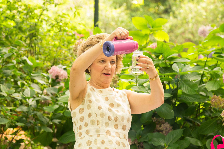 Φωτογραφία της στιγμής καθώς η γιαγιά μετράει την ποσότητα του νερού.