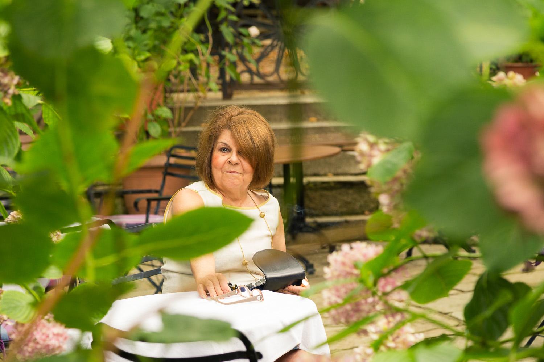 Πορτραίτο της κα. Κάτσικα μέσα από φυλλωσιές του Πηλίου.