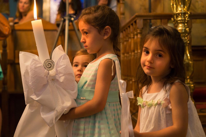 Φωτογραφία μικρών κοριτσιών μέσα στην εκκλησία του αγ. νικολάου στην Πορταριά.