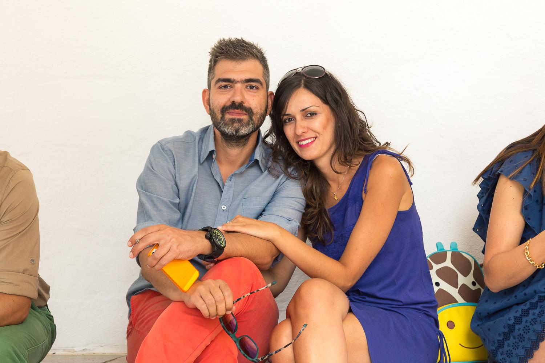 O Γιώργος Ξανθόπουλος με την κοπέλα του ποζάρουν χαλαρά στον φακό, έξω από την εκκλησία.