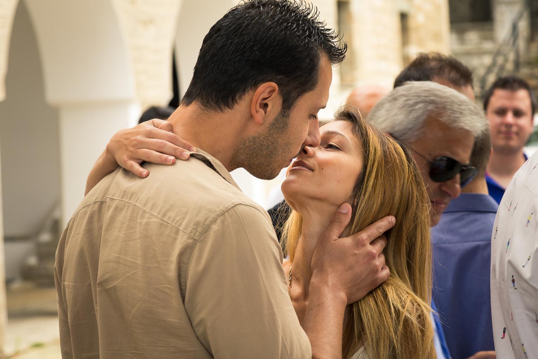 Φωτογραφία ερωτευμένου ζευγαριού που φιλιέται παθιασμένα έξω από την εκκλησία του Αγ. Νικολάου στην Πορταριά.