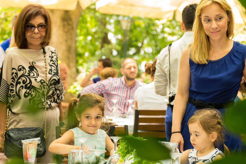 Φωτογραφία μικρών παιδιών στο γιορτινό τραπέζι με τους γονείς τους, στην Πορταριά.