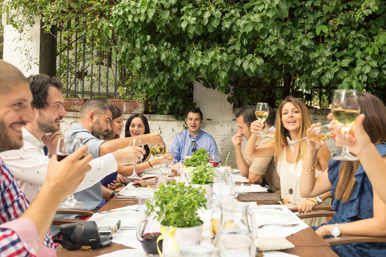 Φωτογραφία της δεξίωσης με φαγητό και ποτό στην Πορταριά του Πηλίου.