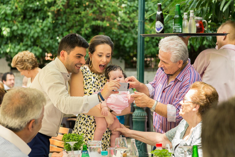 Φωτογραφία της στιγμής καθώς οι γονείς της Αναστασίας κοιτάζουν με χαρά και έκπληξη το κινητό τους τηλέφωνο.
