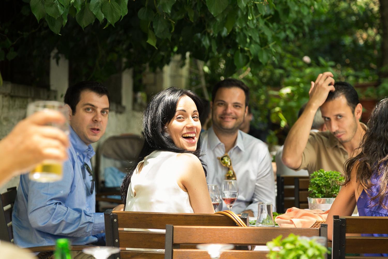 Φωτογραφία της στιγμής χαρούμενων νεαρών γύρω στο τραπέζι της δεξίωσης, στην Πορτραριά.