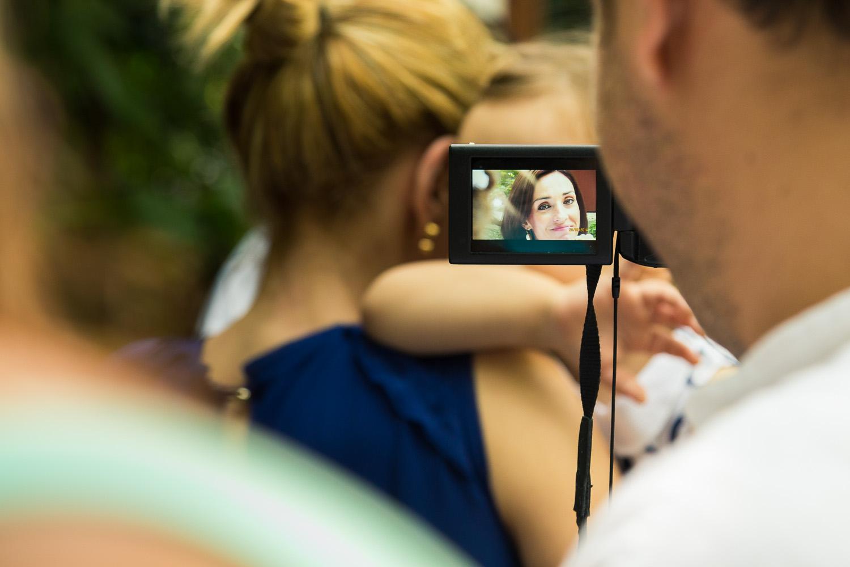 Πορτραίτο μέσα στην φωτογραφία που απεικονίζει μια καλεσμένη που βιντεοσκοπείται από κάποιον τρίτο.