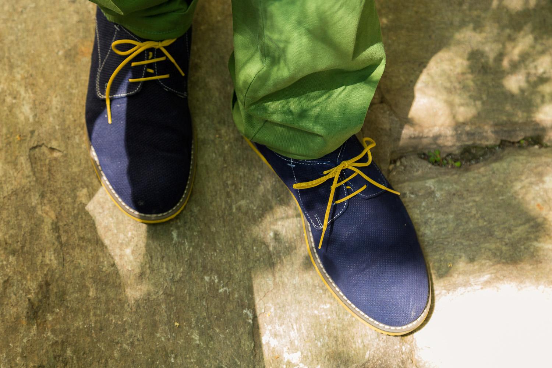 Φωτογραφία χρωματιστών παπουτσιών με χρωματιστό παντελόνι.