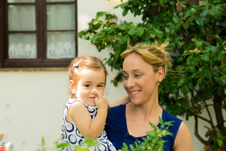 Φωτογραφία μητέρας και κόρης με το δάχτυλο στη μύτη.
