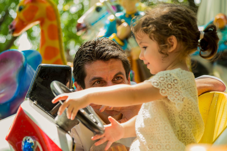 Φωτογραφία πατέρα που παίζει με την κόρη του στα αυτοκινητάκια.