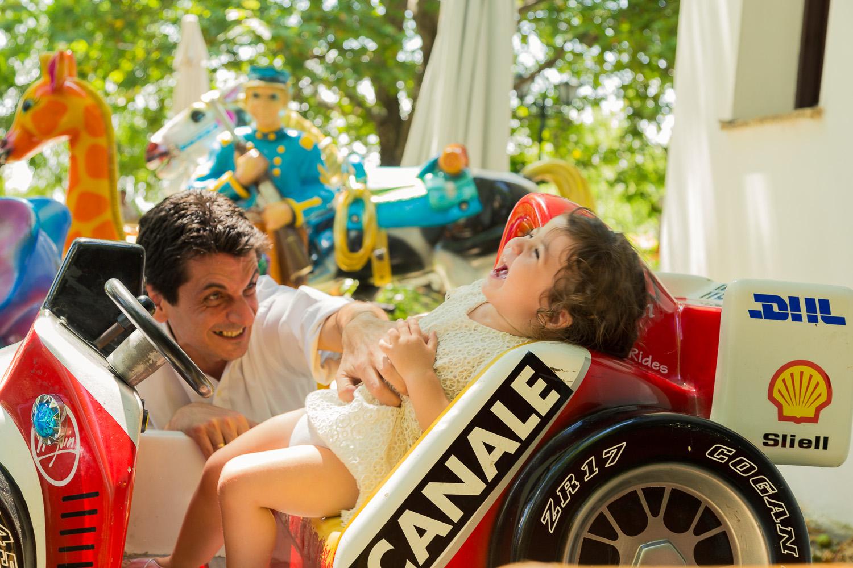 Φωτογραφία του πατέρα που παίζει με την κόρη του στα αυτοκινητάκια.