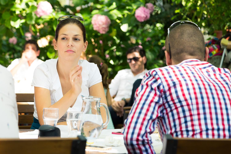 Πορτραίτο νεαρής κοπέλας στο γιορτινό τραπέζι στην Πορταριά.