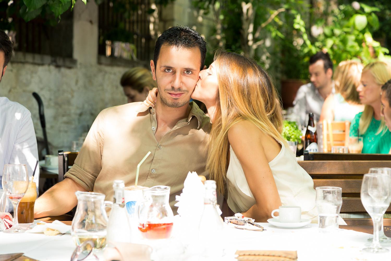 Φωτογραφία ερωτευμένου ζευγαριού που φιλιέται στην Πορταριά.