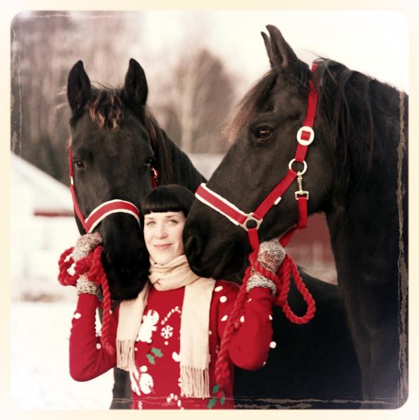 ANNA KALLIOSAARI  INSTRUKTÖR   Som instruktör är Anna engagerad, varm och uppmuntrande. Hennes kunskaper om hästar är mångsidiga och hon inspirerar både elever och hela stall teamet. Framförallt är spannkörning Annas specialintresse och hon tränar aktivt körning med sin frieserhäst Jinke.