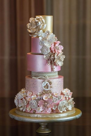 Munaluchi's Most Beautiful Spring Wedding Cakes.     Designer cakes to feast your eyes on.