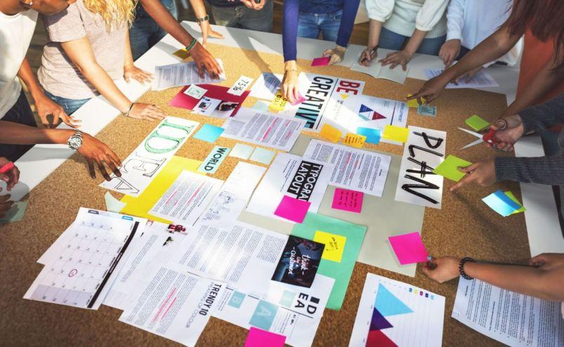 Praxisorientiert  Design Sprint wird Dir anhand von Best Practices und verschiedenen Methoden praxisorientiert erklärt und verständlich gemacht. Wir erarbeiten gemeinsam ein Konzept, dass auf Dein Unternehmen zugeschnitten ist.