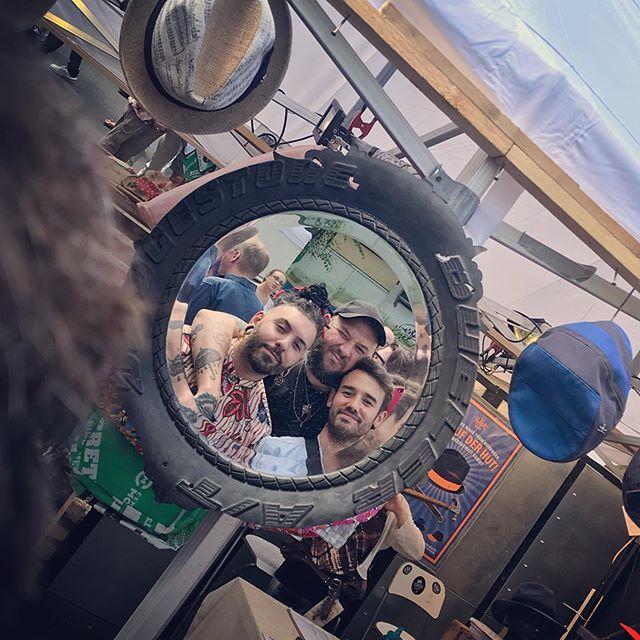 With the london boys @karnevalderkulturen. Mirror, mirror on the.... ehh in the tire 🤗 • • • #berlin #karnevalderkulturen #friends #forvisit #nexttimeinlondon #sundays