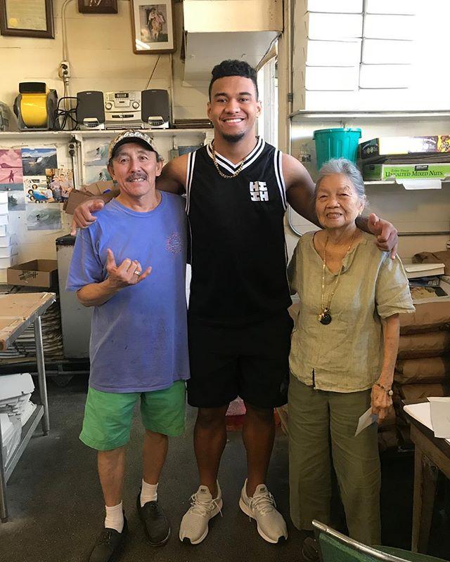 Got a visit from @tuamaann_ 🤙🏽🤙🏽🤙🏽always good to see this football star! #charhungsut #tuatagovailoa #rolltide #hanabuddahdays #hawaii #loveourcustomers #manapua #football #grindz