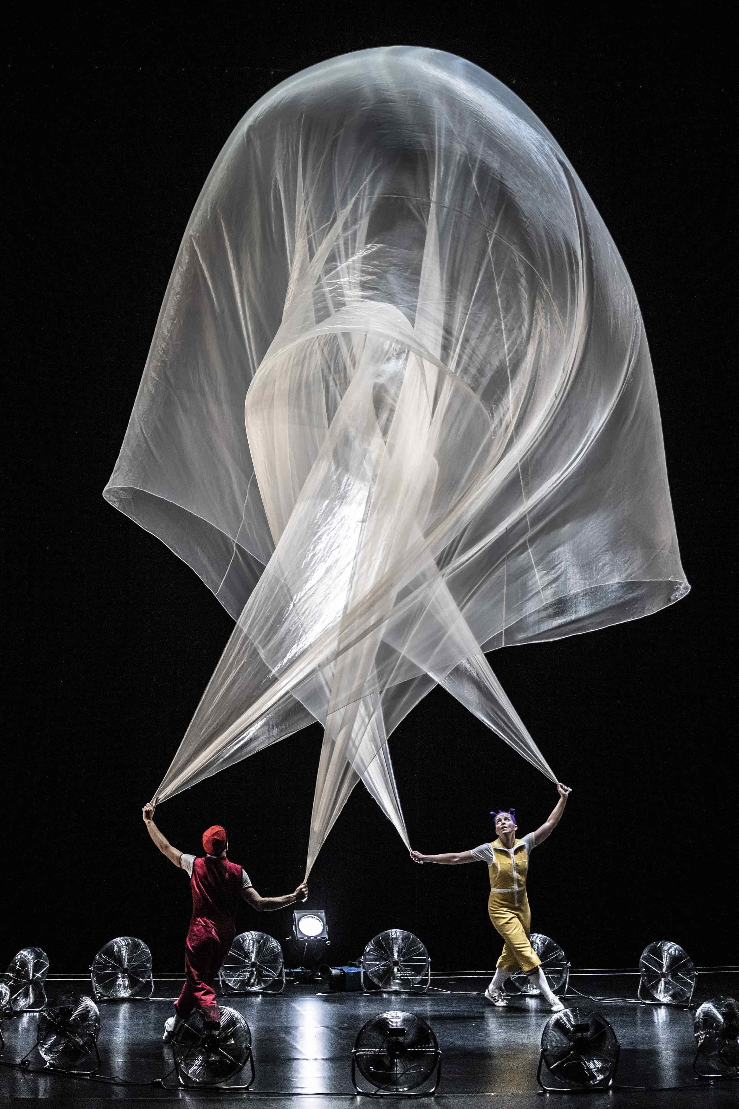 acrobuffos-airplayshow-seth_bloom-christina_gelsone_moby-cirque_noel.jpg
