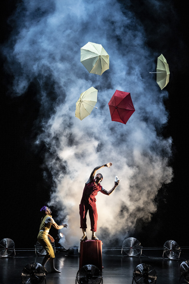 acrobuffos-airplayshow-seth_bloom-christina_gelsone-fog-umbrellas-fight.jpg
